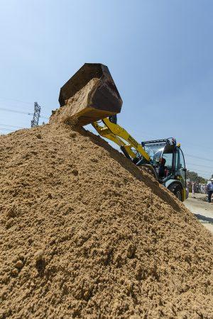 Wacker 850 moving sand